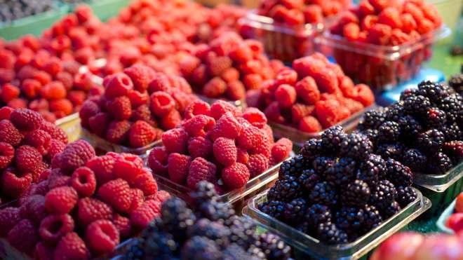 Fresh-Raspberries-Blackberries-Fruits-at-the-Market-4K-Wallpaper